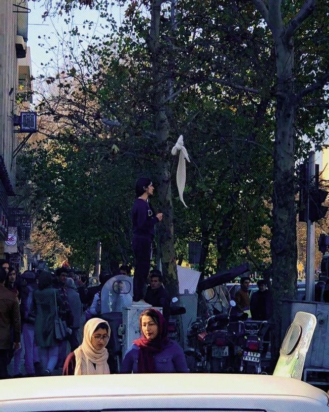 Une jeune femme a ôté son voile blanc, à Téhéran, le 27 décembre.L'action est liée au mouvement « Mercredi blanc » lancé par Mme Alinejad sur les réseaux sociaux pour protester contre les obligations vestimentaires imposées aux femmes en Iran.