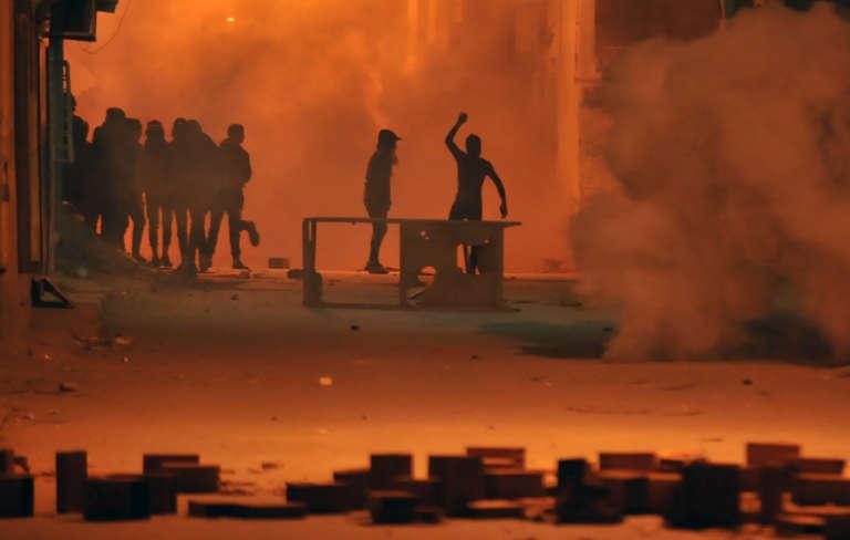 Des protestataires affrontent les forces de l'ordre à Tunis, le 10janvier 2018.