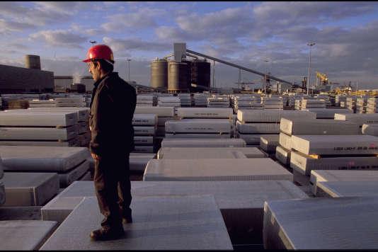 L'usine d'aluminium de Dunkerque (Nord), lancée en 1991 par Pechiney, en mars 2000.