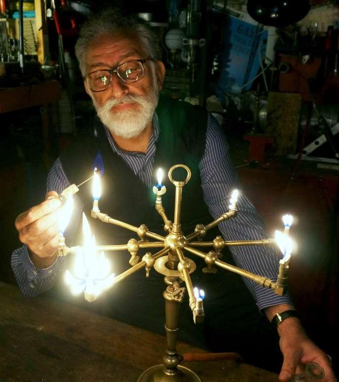 Ara Kebapcioglu (dit «Monsieur Ara») dans son atelier en train d'allumer des becs de gaz aux formes multiples.en 2014