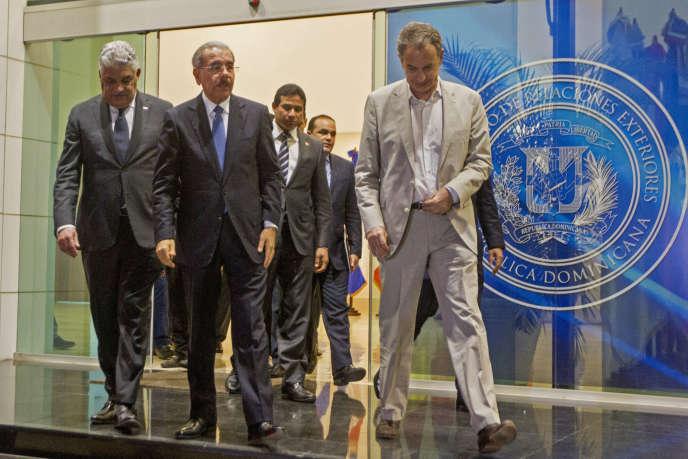 L'ex-premier ministre espagnol, José Luis Zapatero (à droite), lors d'une session de négociations, à Saint-Domingue, le 13 septembre 2017.