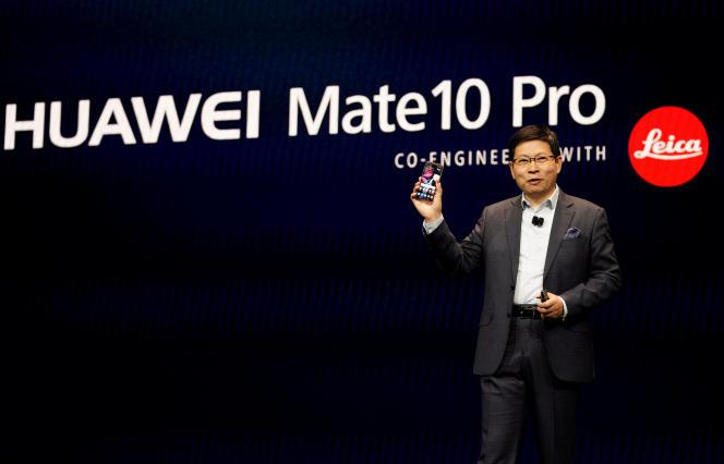 Richard Yu, le directeur général de la division grand public de Huawei, lors d'une présentation du Mate 10 au Consumer Electronic Show (CES), à Las Vegas (Nevada), le 9 janvier.