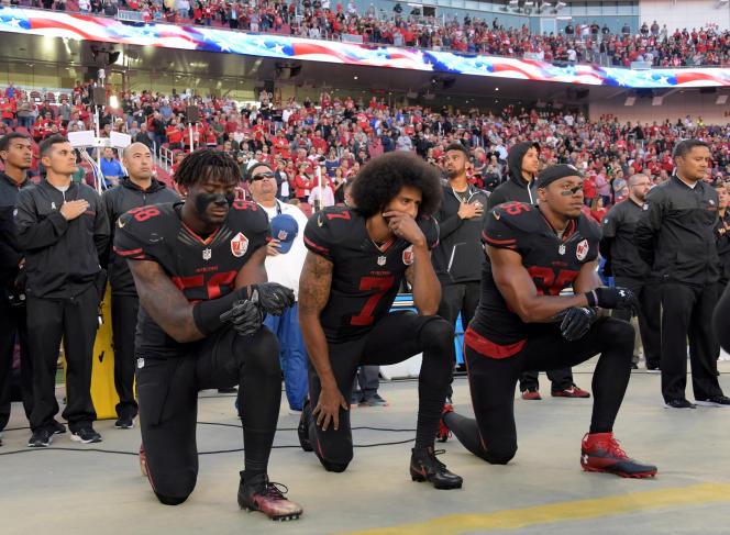 Colin Kaepernick (au centre) s'agenouille pendant l'hymne pour protester contre la violence policière contre les Afro-Américains, le 6 octobre 2016.