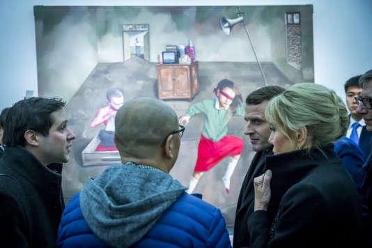 Emmanuel et Brigitte Macron visitent le Centre Ullens pour l'art contemporain, à Pékin, le 9 janvier.
