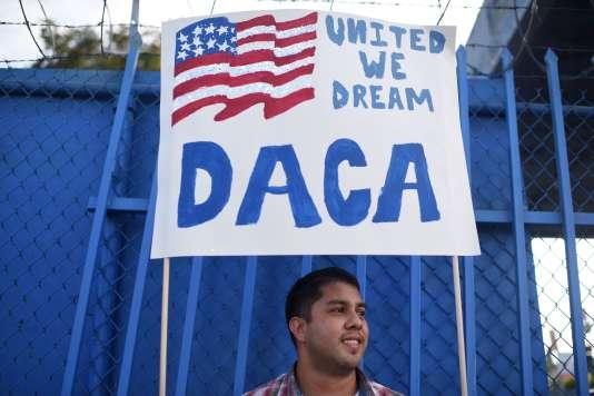 Erick Marquez participe à une manifestation pour maintenir le programme DACA, le 10 septembre 2017, à Los Angeles.