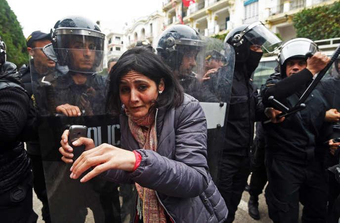 Des barrières de police lors d'une manifestation contre le gouvernement et les hausses de prix le 9 janvier 2018 à Tunis (Tunisie).