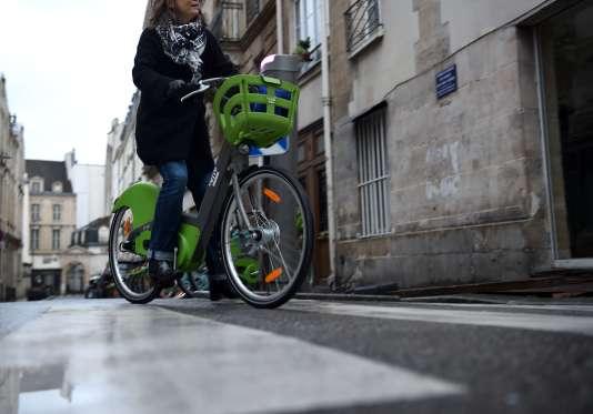 Une usagère du service de vélos en libre-service Vélib' à Paris, le 1er janvier.