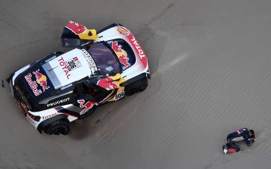La Peugeot 3008 DKR Maxi de l'équipage Loeb-Elena, qui a abandonné, le 10 janvier, entre San Juan de Marcona et Arequipa, au Pérou.