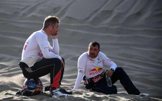 Sébastien Loeb (à gauche) et son copilote Daniel Elena, après avoir percuté une dune, le 10 janvier, entre San Juan de Marcona et Arequipa, au Pérou.