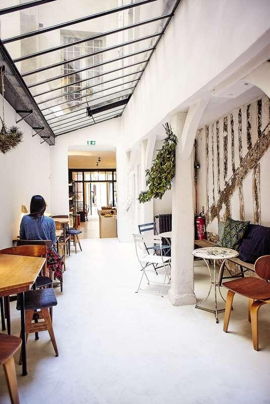 Le Café Ineko est un lieu baigné de lumière.