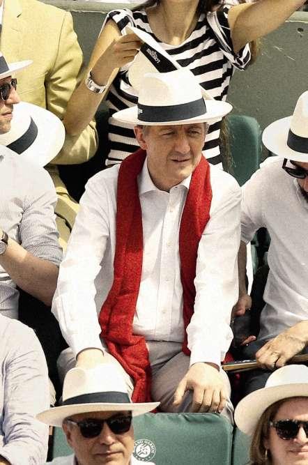 Démis de ses fonctions à ladirection de «L'Express» fin 2016, Christophe Barbier a désormais un peu de temps libre. Et peut en profiter pour passer un après-midi à Roland-Garros (ici en 2017), dans la loge d'un sponsor, la tête recouverte du traditionnel panama (originaire d'Équateur, rappelons-le) de la Porte d'Auteuil, l'air parfaitement détendu.Comme quoi, les mauvaises langues ont tort : un éditorialiste peutaussi aimer le terrain. Le terrainde tennis, en tout cas.