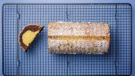Ce gâteau alsacien s'appellerehrücken, «selle de chevreuil» en allemand, en rapport à sa forme.