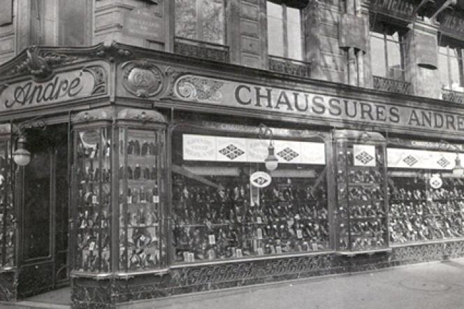 En 1903, le fabricant de chaussures André ouvre ses premiers magasins.