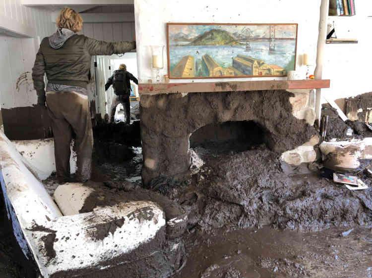 Dans le secteur de Romero Canyon, coupé du monde, les autorités ont dû héliporter 300 personnes prises au piège.