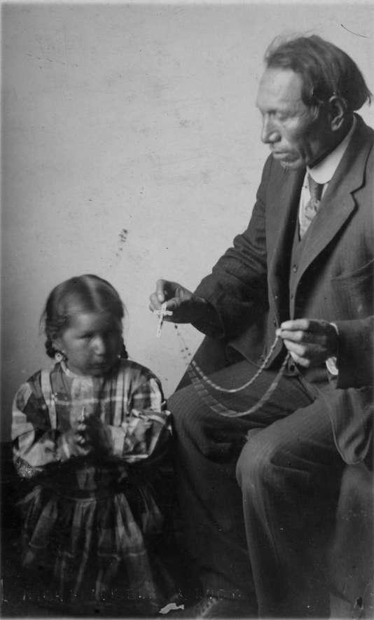 Nicholas Black Elk enseignant le rosaire. Photo prise entre 1907 et 1910.