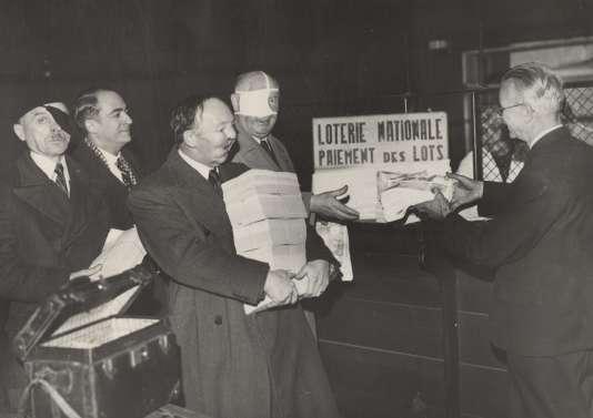 Paiement du gros lot de la loterie des Gueules cassées au ministère des finances, à Paris, dans les années 1930.