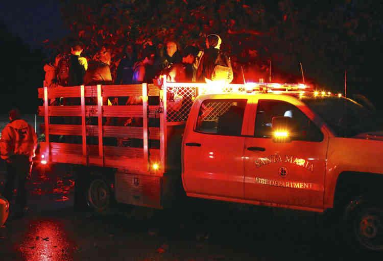 Plus de 7 000 habitants avaient reçu l'ordre d'évacuer la zone avant les pluies, mais seulement 10 % à 15 % des personnes concernées l'ont respecté, ont dit les pompiers.