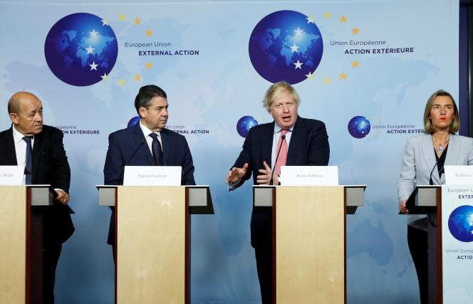 Les ministres des affaires étrangères français, allemand et britannique, Jean-Yves Le Drian, Sigmar Gabriel et Boris Johnson, et la haute représentante de l'Union européenne pour les affaires étrangères, Federica Mogherini, à Bruxelles, le 11 janvier.