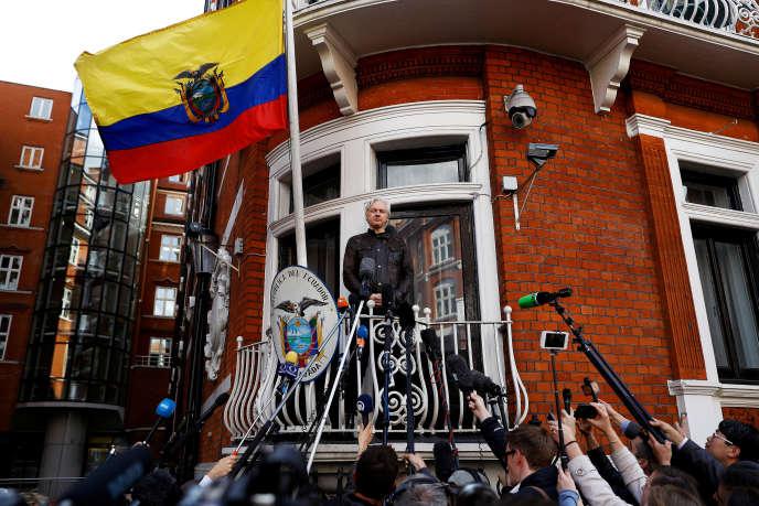 Julian Assange au balcon de l'ambassade équatorienne à Londres le 19 mai 2017, après l'annonce de la fin des poursuites suédoises à son encontre.