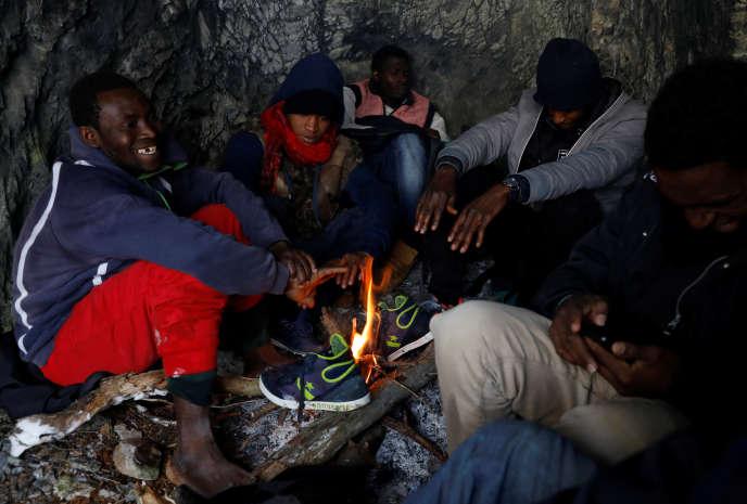 21 décembre 2017. Ce groupe de migrants se réchauffe près de Nevache (Hautes-Alpes) après avoir franchi la frontière franco-italienne.