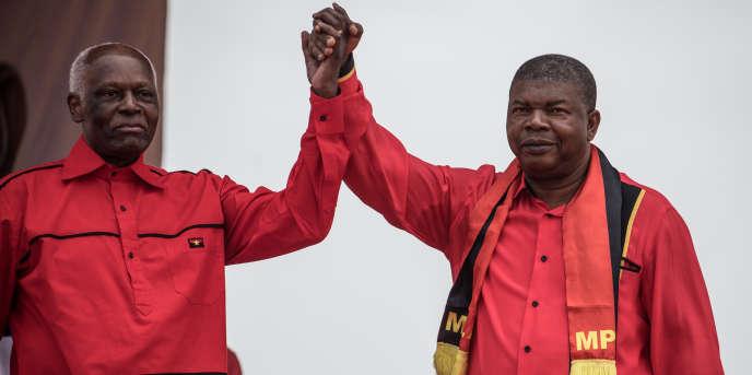 L'ancien président de l'Angola José Eduardo dos Santos (à gauche) et son successeur Joao Lourenço (à droite) à Luanda le 19 août 2017 lors de la campagne électorale présidentielle.