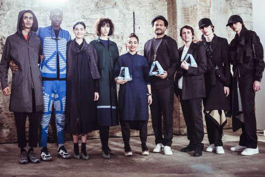 Ruchika Sachdeva (au centre) de Bodice, Christopher Bevans (4e en partant de la droite) of DYNE et Matthew Miller (3e en partant de la droite), les lauréats du Woolmark Prize, accompagnés de certains de leurs modèles.