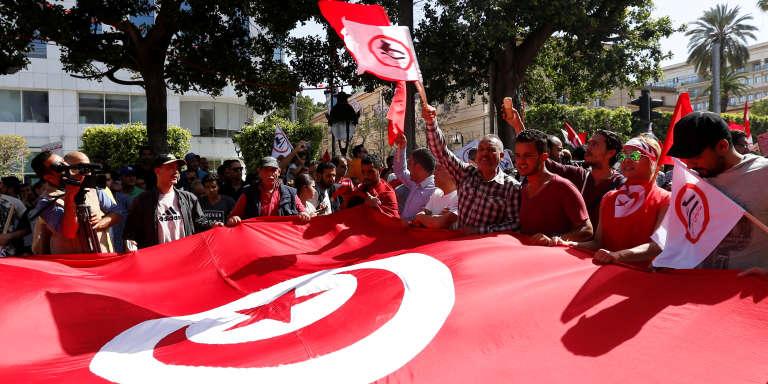 Des manifestants avenue Habib-Bourguiba, dans le centre de Tunis, marchant contre la corruption, le 13 mai 2017.