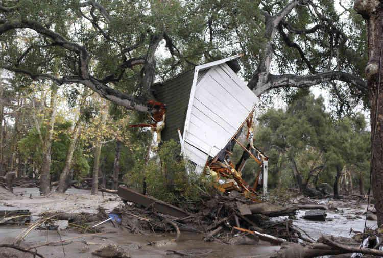 Une centaine d'habitations ont été détruites, plusieurs centaines de bâtiments endommagés et on compte 28blessés, a rapporté Amber Anderson, porte-parole des pompiers du comté de Santa Barbara.