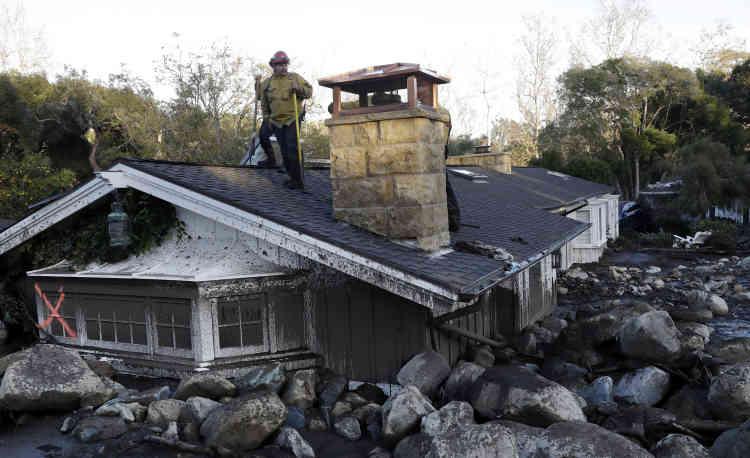 Selon leshérif du comté de Santa Barbara, le nombre de victimes pourrait augmenter à mesure que les équipes de secours – 500 personnes ont été mobilisés– fouillent les maisons détruites.