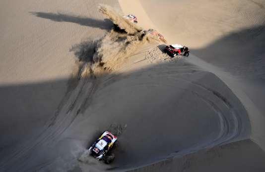 La Peugeot 3008 DKR Maxi du duo Loeb-Elena, ensablée, le 10 janvier, lors de la 5eétape du Dakar, au Pérou.