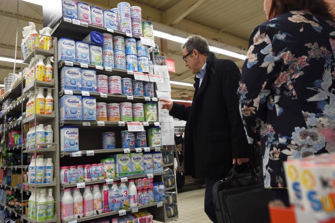 Un agent de la direction générale de la concurrence, de la consommation et de la répression des fraudes (DGCCRF) inspecte un magasin à Orléans, le 11 janvier.