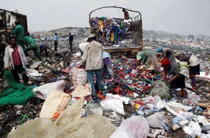 Des Kényans recyclent les déchets en plastique de la décharge de Dandora (Kenya), le 25 août 2017.