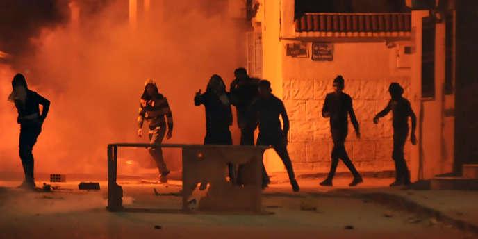Des protestataires affrontent la police, en banlieue de Tunis, le 10 janvier 2018.