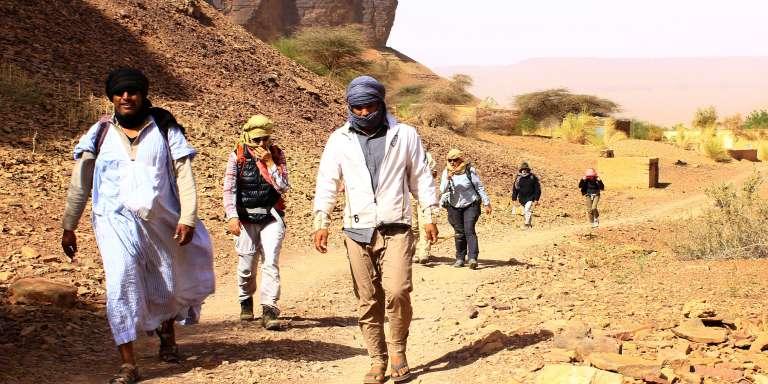Des randonneurs et leurs guides près du village de Tergit, au sud d'Atar, en Mauritanie, le 27 décembre 2017.