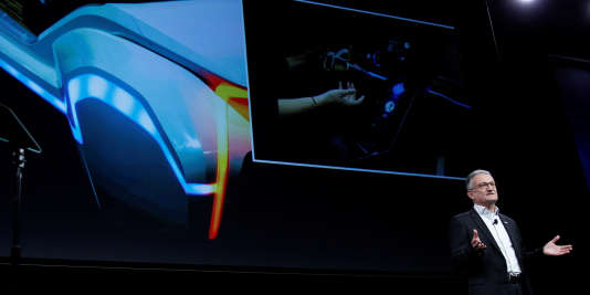 Werner Struth, président l'équipementier, présente les systèmes de surveillance de l'automobiliste mis au point par Bosch.