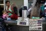 A Caracas (Venezuela), le 9 janvier, les prix de la tasse de café et des cigarettes à l'unité sont écrits à la main.