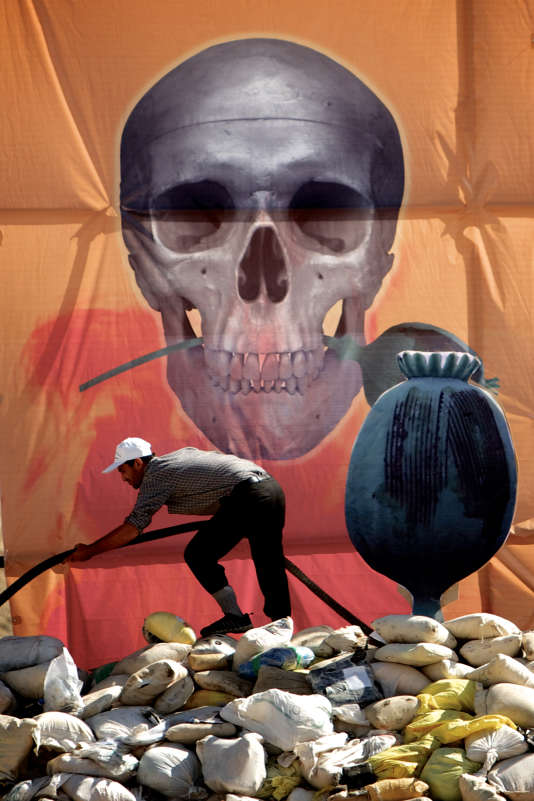 Un Iranien prépare la destruction de drogue saisie par les autorités, à l'est de Téhéran, le 26 juin 2013.