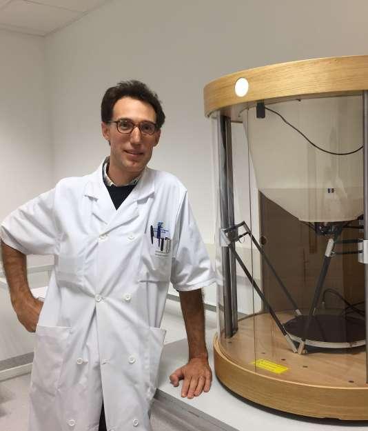 Pierre Guerreschi, devant l'imprimante 3D PAM de la start-up française Pollen-AM.