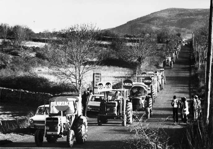 Des agriculteurs décident de rejoindre la capitale en tracteur pour manifester contre l'armée souhaitant établir un camp militaire de 3000 à 17 000 sur le plateau du Larzac . Menacés d'expropriation les agriculteurs manifestent soutenus par les défenseurs de l'environnement.