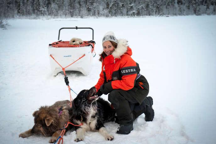 Ivalo, Finlande, le 16 novembre 2017. Ségolène Royal, nouvelle ambassadrice des Pôles Arctiques et Antarctiques, pose au milieu d'un lac gelé avec deux chiens de traineau appartenant à l'explorateur français Gilles Elkaim pour le magazine Paris Match.