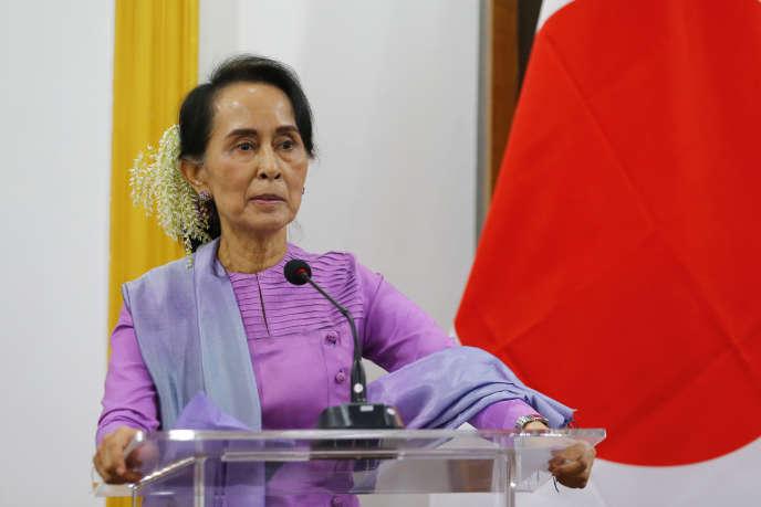 Aung San Suu Kyi lors d'une conférence de presse avec le ministre japonnais des Affaires étrangères, Taro Kono, le 12 janvier.