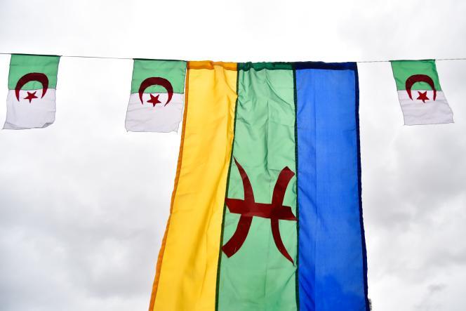 Le drapeau des Imazighenflotte à Ath Mendes, au sud de Tizi-Ouzou, à l'est d'Alger le 12 janvier 2018, date du Nouvel An berbère désormais férié en Algérie.
