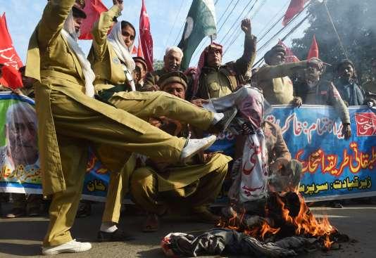 Des manifestants brûlent une effigie de Donald Trump, à Lahore (Pakistan), le 10 janvier.