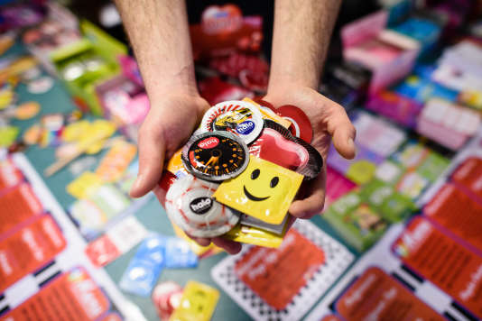 Un homme propose des préservatifs inhabituelsdans une boutique «pop-up Valentine's Condom» à l'est de Londres le 9 février 2016.