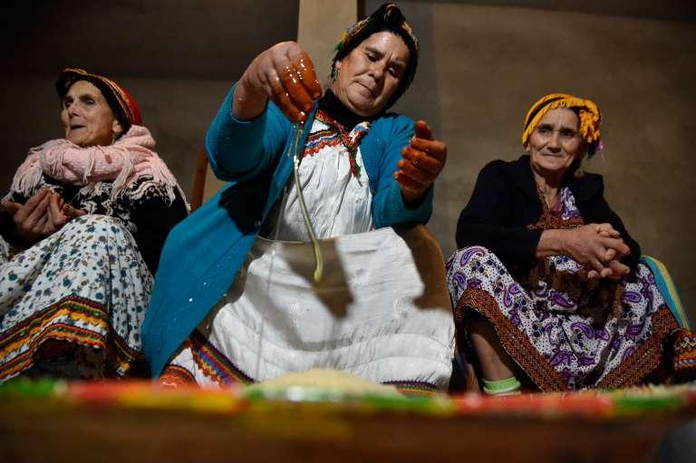 Des femmes berbères algériennes préparent la nourriture pour la célébration du Nouvel An, dans le village deAit Al-Kecem, à l'est d'Alger, le 11 janvier 2018.