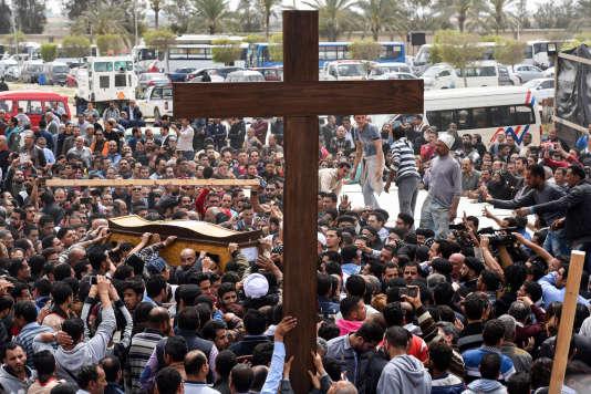 Le 10 avril 2017, lors des funérailles de victimes de l'attentat qui a visé une église copte la veille, à Alexandrie (Egypte).
