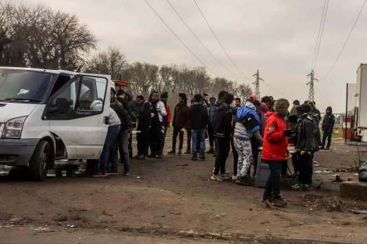 Distribution de nourriture aux migrants, à Calais, le 12 janvier.