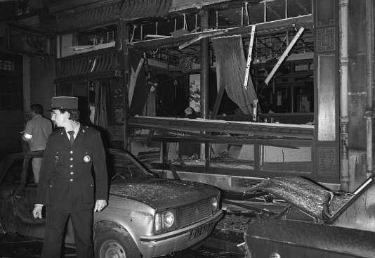 Un policier sur les lieux de l'attentat perpétré le 3 octobre 1980 contre la synagogue de la rue Copernic à Paris, qui fit quatre victimes et 20 blessés.