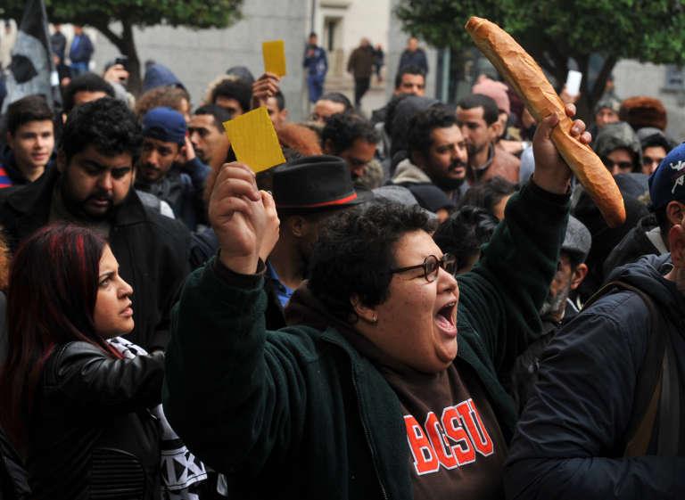 Manifestation, à Tunis le 12 janvier, contre la hausse de la TVA et la mise en place de taxes sur des produits alimentaires de base.