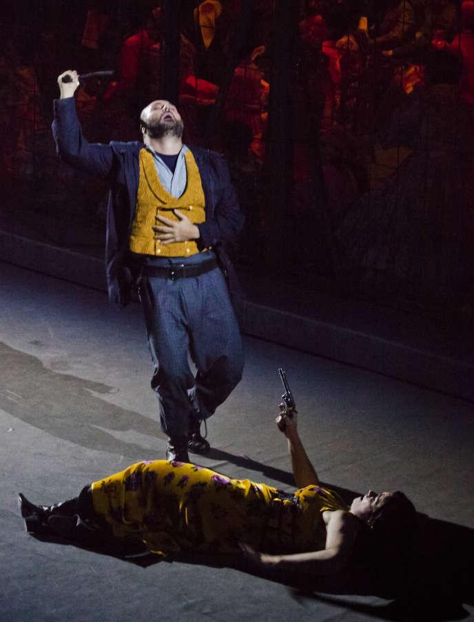 Carmen (Veronica Simeoni) tue son ex-amant (Roberto Aronica) dans un final revisité, à l'Opéra de Florence, le 7 janvier.